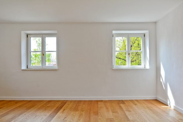 Wohnraum nach Sanierung mit Holzdielen und Holzfenstern